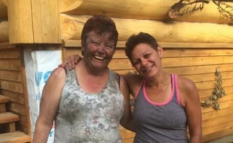 Joanne Barnaby, stanga, dupa ce s-a reunit cu prietena ei