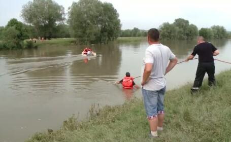 Un tanar este cautat in apele raului Timis, iar altul a fost salvat in ultima clipa de scafandri de la inec