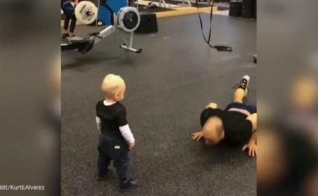 Un bebelus isi urmareste tatal facand flotari, apoi il imita. Imaginile care au amuzat milioane de oameni