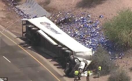 Reactia americanilor dupa ce un TIR care transporta lazi de bere s-a rasturnat pe o autostrada. \