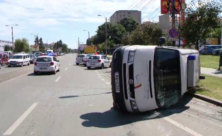 Impact violent in Timisoara. O masina de politie s-a rasturnat, dupa ce o soferita nu i-ar fi acordat prioritate