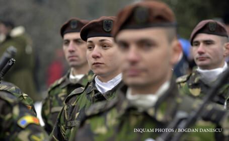 Soldati ai Batalionului Scorpionii Negri participa la ceremonialul militar religios organizat la Statuia domnitorului Alexandru Ioan Cuza din Craiova, cu ocazia sarbatoririi Zilei Unirii Principatelor Române