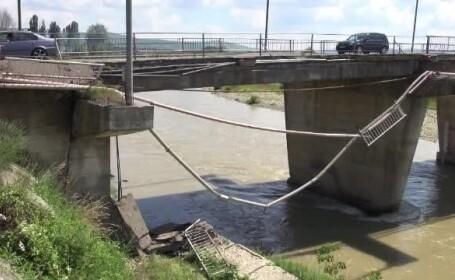 Podul care se rupe bucata cu bucata, insa autoritatile nu vor sa-l inchida. \