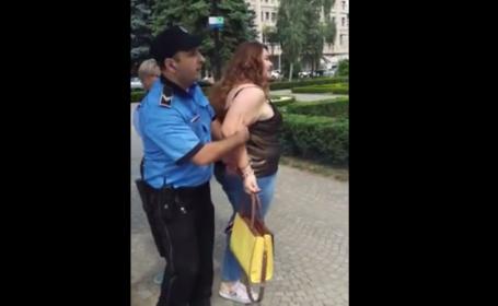 O tanara a fost incatusata la Ploiesti pentru ca nu a avut bilet de autobuz. Politistii si fata, anchetati. VIDEO