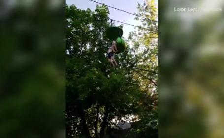 O fata de 14 ani sare din telegondola, iar cei aflati dedesubt o prind. Momentul, surprins de camera