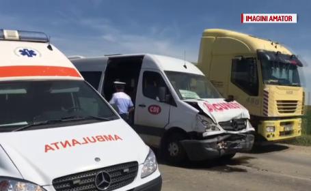 Un microbuz plin cu oameni a izbit violent un tractor. 8 răniți