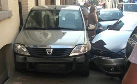O Tesla, fără șofer la bord, a lovit mai multe mașini și s-a oprit într-o Dacia Logan