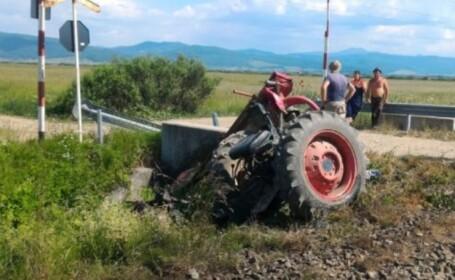 O persoană a murit, iar o alta este rănită, după ce un tren a lovit un tractor, în Brașov
