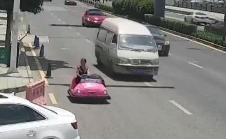Femeie arestată pentru că a condus pe şosea o maşinuţă din parcul de distracţii