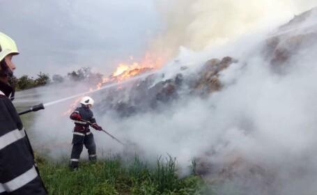 pompieri care sting incendiu