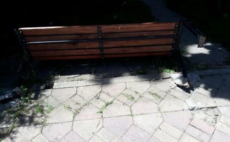 Copil de 3 ani, rănit de o bancă din parc. Mesajul tatălui către autorități
