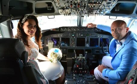 Căsătorie în avion. Un pilot din Iaşi s-a însurat la bordul aeronavei pe care o pilotează. FOTO