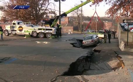 Mașini dispărute în gropi, după ce s-a surpat asfaltul din cauza unei conducte în SUA