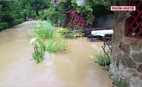 """Blocați în case de apa de un metru: """"Primarul să facă diguri, nu ziua comunei"""""""