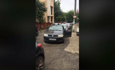 75 de mașini blocate de o mașină parcată neregulamentar, lângă un spital din Iași. VIDEO