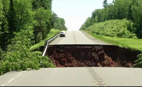 Inundații în mai multe zone din SUA. Un șofer a murit, după ce mașina sa a fost luată de apă