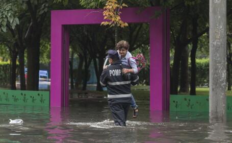 Mai multe străzi din Capitală au fost inundate după o ploaie torențială
