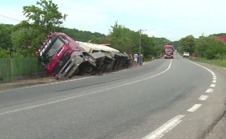 Camion plin cu pietriș, răsturnat pe DN72. Șoferul susține că terasamentul ar fi luat-o la vale