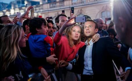 Macron, gazda unui eveniment inedit, la Elysee. Președintele francez și-a făcut selfieuri cu invitații