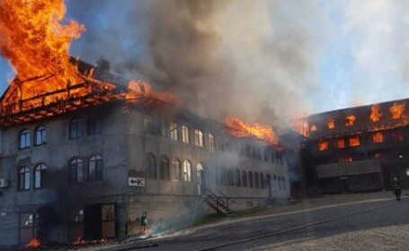 Incendiu de proporţii la acoperişul chiliilor Mănăstirii Roşiori. VIDEO