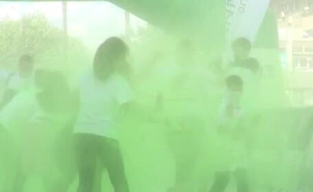 Sute de oameni s-au lăsat colorați cu pudră și spumă la Iași