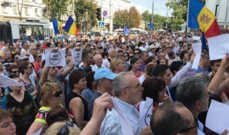 Protest cu mii persoane la Chişinău față de decizia de invalidare a alegerilor