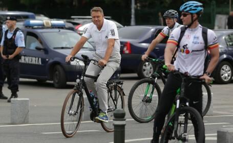 Klaus Iohannis, alături de mai mulți bicicliști care au plecat spre Alba Iulia. Mesajul președintelui