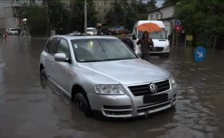 Situație critică după ploile torențiale. Apa a ajuns până la geamurile mașinilor