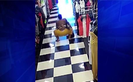 Reacţia unei femei care fura dintr-un magazin de haine când a văzut că e filmată