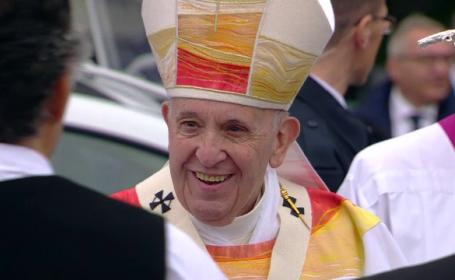Papa Francisc a purtat veșminte create de un designer român, la slujba de la Șumuleu