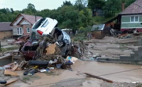 Imaginile dezastrului lăsat în urmă de viituri. Zeci de maşini, aruncate una peste alta