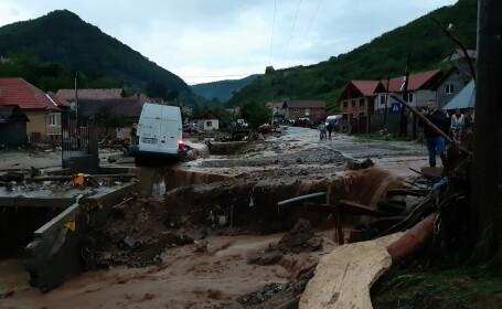 Momentul în care viitura distruge un sat din Alba, filmat de un localnic. VIDEO