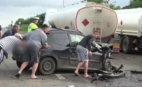 Două maşini au intrat în plin într-o cisternă, după ce s-au ciocnit. \