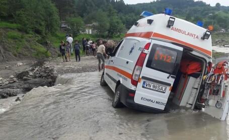 Ambulanță împotmolită în noroi, în Vrancea