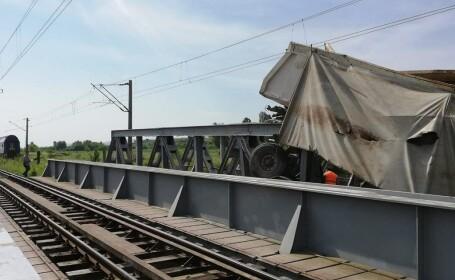 Un tren cu circa 60 de călători a deraiat după ce a lovit un camion - 20