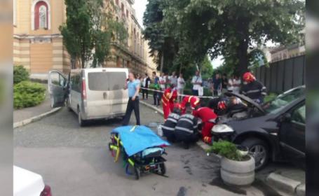 Tânără grav rănită după ce a fost spulberată pe trotuar de o mașină. Greșeala făcută de șofer
