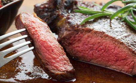 Ce riscă oamenii care mănâncă prea multă carne roșie. Rezultatele unui studiu britanic