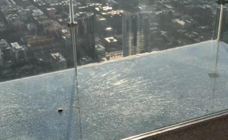 Momentul în care podeaua de sticlă a unei clădiri de 103 etaje se sparge. Reacția turiștilor