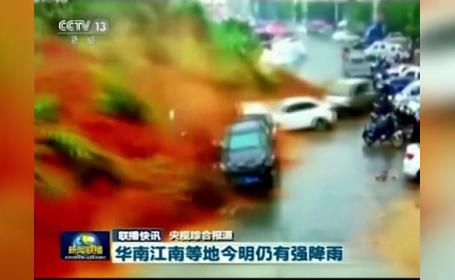 Momentul în care torentul de noroi înghite mașini și construcții, în China