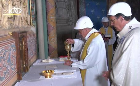 Prima slujbă în Catedrala Notre Dame, după incendiu. Preotul a purtat casă de protecție