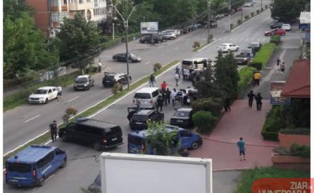Momentul în care mai multe persoane au fost încătușate pe stradă din Deva