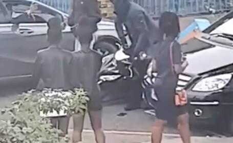 Momentul în care un bărbat care livrează pizza este atacat de zeci de indivizi
