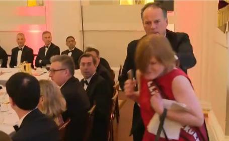VIDEO. Momentul în care un politician strânge de gât o activistă. Scenele șocante, filmate