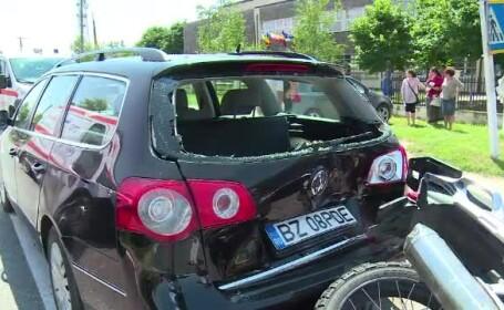 Motociclist grav rănit din cauza vitezei. A intrat prin luneta mașinii din față