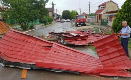 Acoperişul unei școli din Constanța, smuls de o vilejlie cu aspect de tornadă