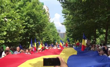 """Marş în Bucureşti: """"Uniţi salvăm familia!"""" Momentul în care participanții spun Tatăl Nostru"""