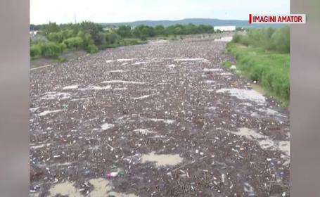 Tone de gunoaie pe râul Buzău