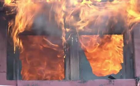 Incendiu de proporții în centrul Galațiului. O casă cu valoare memorială a luat foc