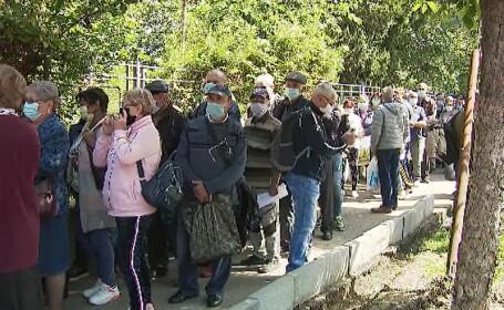 Zeci de bucureșteni au stat la coadă să-și depună dosarele de pensii