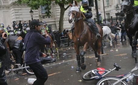 VIDEO. O polițistă, rănită la protestele din Londra. A lovit un semafor și a căzut de pe cal